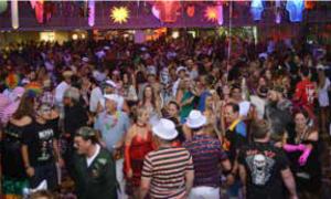 Pessoas dançando durante o carnaval do Clube juventus