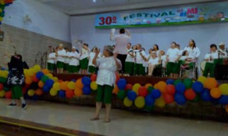 Crianças participando do evento de Musicoterapia